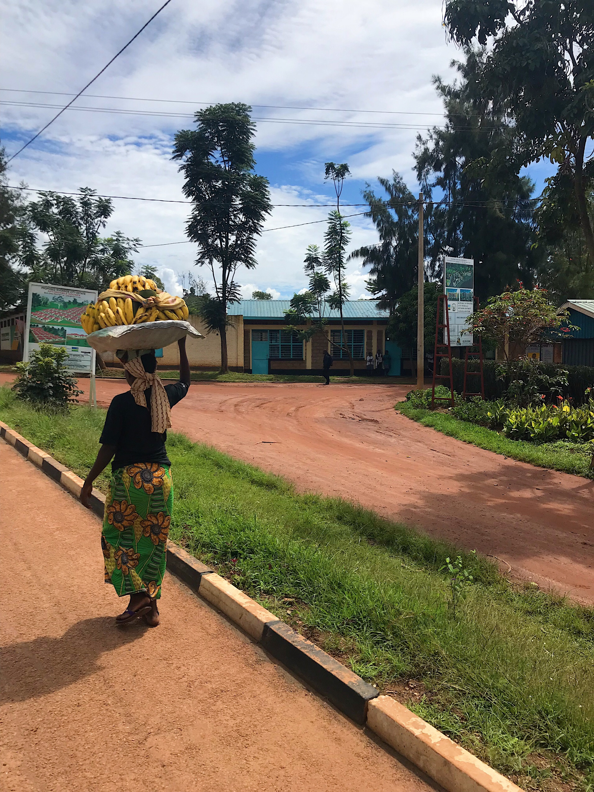 Image of woman carry bananas in Rwanda