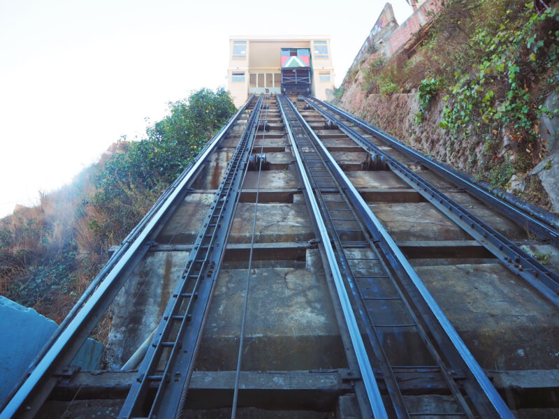 upwards view of the queen victoria ascenscor - another must in what to do in Valparaiso